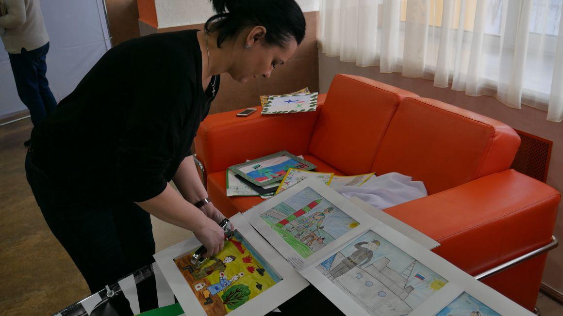 """Оформление выставки рисунков участников конкурса """"Мой папа самый лучший"""""""