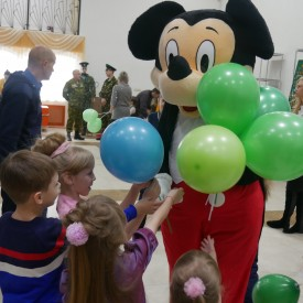 Микки-Маус раздает шарики детям