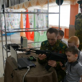 """Участники конкурса """"Мой папа самый лучший"""" на выставке военной атрибутики"""